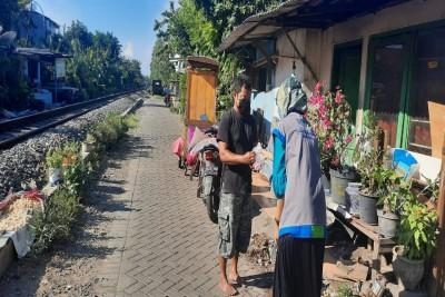 Berbagi-Daging-Hewan-Kurban-Sepanjang-Rel-Kereta-Api1626870037.jpeg